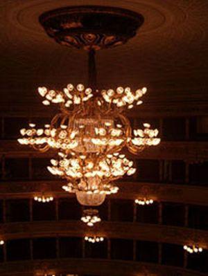 Il famoso lampadario situato al Teatro La Scala