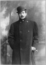 Foto di Giacomo Puccini mentre fuma una sigaretta