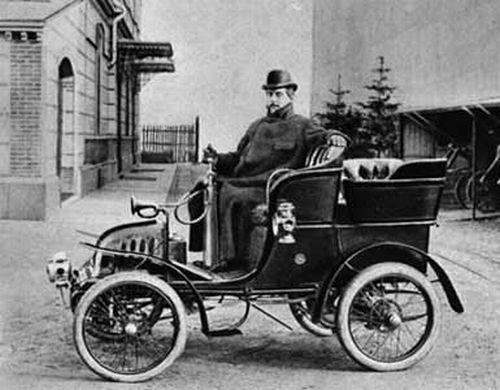 Giacomo Puccini alla guida della sua adorata auto