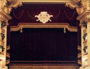 Immagine che presenta un sipario attuale