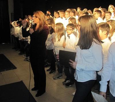 Nicoletta Romanelli con gli alunni delle classi prime